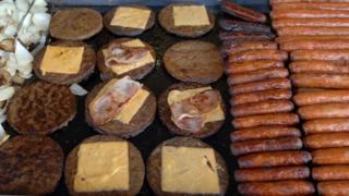 Hambúrgueres e salsichas em chapa
