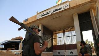 Suriye'nin kuzeydoğusunda bazı binalarda YPG ve rejimin bayrakları bir arada görülebiliyor.