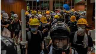 示威者進駐大樓。