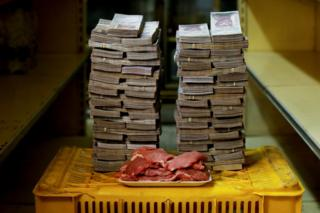 A kilogram of meat next to 9,500,000 bolivars