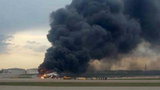Горящий самолет в аэропорту Шереметьево