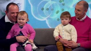 西蒙(Simon)和格雷姆(Graeme)抱着这对双胞胎宝贝。