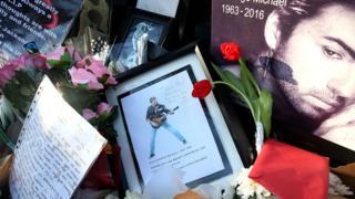 Flores y fotos de George Michael en la puerta de su casa en Londres