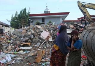 Acehnese women survey the damage after an earthquake in Ulhee Glee, Aceh province, Indonesia, Thursday, 8 December 2016