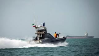 İran devrim muhafızlarına ait bir tekne İngiliz ticari teknesine yaklaşırken