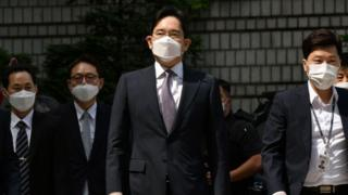 Samsung heir Lee Jae-yong arrives at court for a hearing to review the issuing of his arrest warrant.