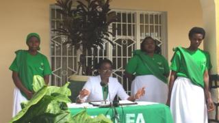 Victoire Ingabire, akikijwe na bamwe mu bayoboke b'ishyaka rye rishya, mu kiganiro n'abanyamakuru mu rugo iwe i Kigali kuri uyu wa gatandatu