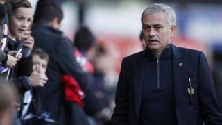 Jose Mourinho jelang laga lawan Swansea, mempertanyakan Luke Shaw dan Chris Smalling.