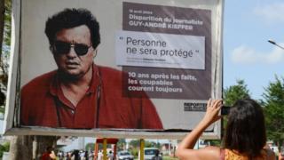 Poster de Guy André Kieffer affiché par Médecins Sans Frontière au bord d'une rue d'Abidjan le 16 avril 2014.