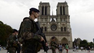 Militares vigilan la Catedral de Notre Dame