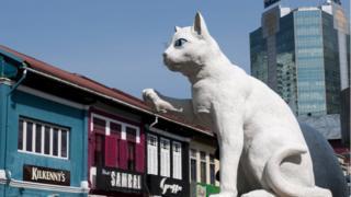 Белый кот помашет вам лапой - и вам станет веселей на сердце