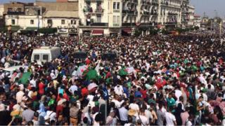 Des Algériens réunis place du 1er-Mai, à Alger, la capitale, pour accueillir l'équipe nationale, samedi 20 juillet 2019.