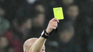 Kartu kuning di pertandingan sepak bola.