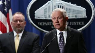 Jeff Sessions (Midig)