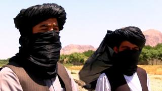 Dos miembros del Talibán conversan con la BBC
