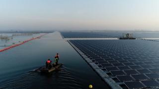 Самая большая солнечная ферма на воде в Китае.
