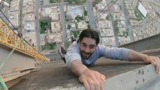 شبان سعوديون يتسلقون قمة رافعة في الرياض من أجل سيلفي
