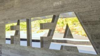La Fifa a suspendu plusieurs dirigeants du football africain pour des opérations de trucage de matchs.