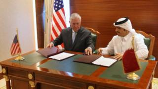 شیخ محمد عبدالرحمن آلثانی، وزیر امور خارجه قطر و رکس تیلرسون، وزیر امور خارجه آمریکا در دوحه