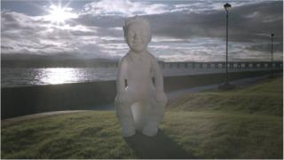 Sculpture of Oor Wullie in front of the Tay river
