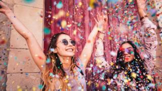 jovens celebrando