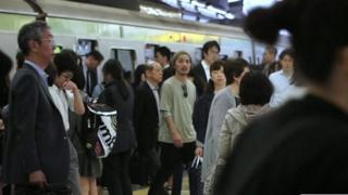 د کار او ژوند ترمنځ انډول هغه څه دي چې ډېر پرې غږېږي او موږ ښه ورسره بلد یو خو په جاپان کې دا مساله ډېره بحراني حالت ته رسېدلې ده.