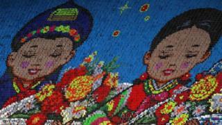 Фестиваль известен огромными движущимися картинами, созданными участниками, которые держат цветные доски