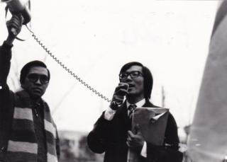 Không vào được bên trong đại sứ quan Trung Quốc, hội trường hội sinh viên Hùng cùng Bùi Bảo Sơn đọc kháng cáo bên ngoài.