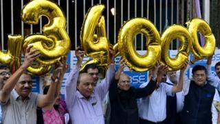 సెన్సెక్స్ 34,000కు చేరిన సందర్భంగా వేడుకలు