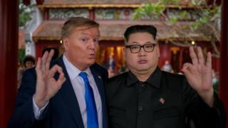 Russell White đến từ Canada trong trang phục ông Trump và Howard X đến từ Hongkong đóng vai ông Kim Jong-un