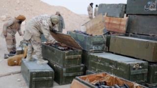 боевики ИГ с захваченным в пальмире оружием