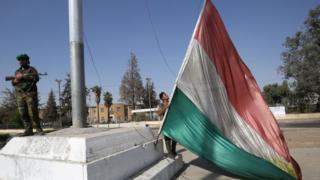 Солдат водружает иракский флаг