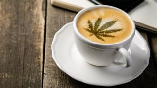 Café com símbolo de maconha na espuma