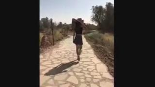 La joven caminando en el video