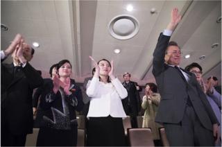 11일 오후 서울 국립중앙극장에서 북한 예술단의 공연을 관람하는 북한 김여정 중앙위원회 제1부부장과 한국 문재인 대통령