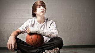 Niño con el brazo roto