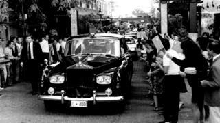 胡耀邦1985年访问澳大利亚,专车经过悉尼唐人街,受到市民夹道欢迎。