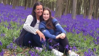 Alison com sua filha Phoebe