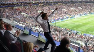 Macron celebra un gol en la final Francia-Croacia del Mundial.