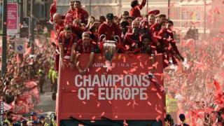 Ikipe ya Liverpool mu karasisi ka kilometero 12 - kamaze hafi amasaha ane - yakirwa n'abafana igeze mu rugo nyuma yo kwegukana Champions League