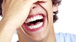 Hombre riendo