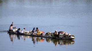 Les types de pirogues empruntés par les populations sur l'Oubangui (illustration).