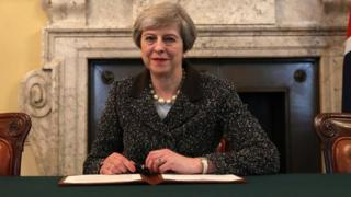 Улуу Британиянын премьер-министри Тереза Мэй Евробиримдиктен чыгуунун расмий жараяндары башталганы тууралуу катка кол койду.