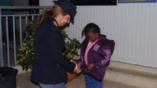 Policial com Maria Volpe e Oumoh