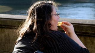 Fast food yiyen bir kadın