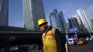 北京街頭某建築工地外的一名工人(16/12/2016)