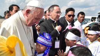 El Papa en su llegada a Yangón, Myanmar