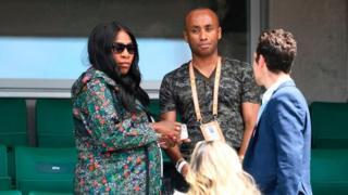 Serena Williams (i bubamfu) araba uwo bavukana Venus, mu rukino rwa French Open i Paris ku munsi wa gatatu