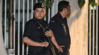 Malaysian policeman stand at the entrance of the former Prime Minister Najib Razak's residence in Kuala Lumpur on May 16, 2018