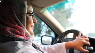 رؤى الطويلي تقود سيارتها لأول مرة إلى العمل